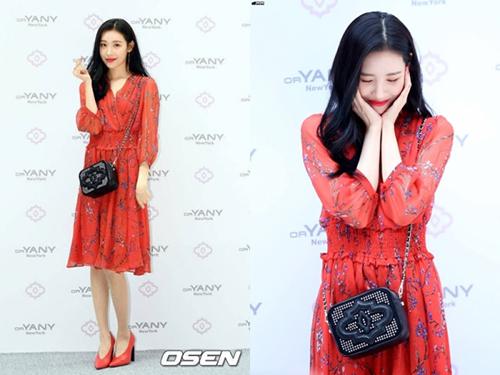 Sun Mi có vóc dáng thanh manh hơn nên tạo cảm giác mong manh khi mặc chung một chiếc váy với thành viên Red Velvet. Nữ ca sĩ kết hợp túi vuôn đen, giày cao gót đỏ quyến rũ.
