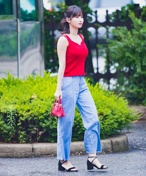 Momo cũng sử dụng thiết kế này khi đến Music Bank. Chiếc áo giúp nữ ca sĩ lộ vòng một đầy đặn đáng chú ý. Cả hai thành viên Twice đều phối cùng quần ống rộng, tạo sự thoải mái khi di chuyển.