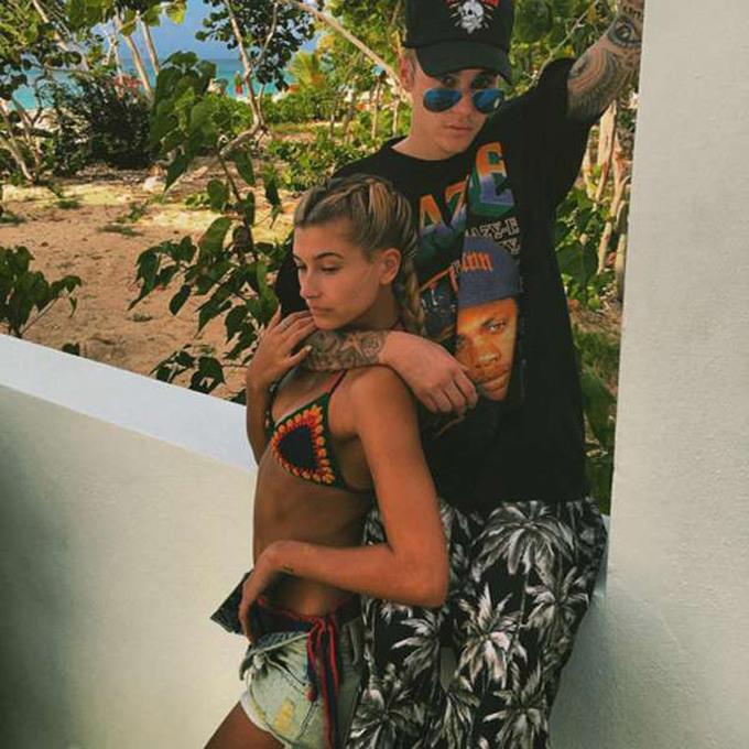 """<p> Cả hai người công khai mối quan hệ của mình bằng việc đi du lịch với nhau (mà Justin còn giữ ảnh đến hiện tại), đăng ảnh ôm hôn nhau âu yếm và xác nhận hai người hẹn hò nhưng """"không ràng buộc với nhau"""".</p>"""