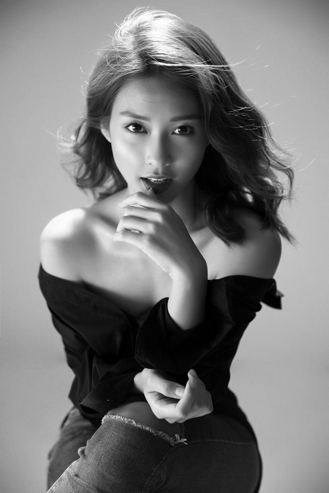 """<p> Sau nhiều đồn đoán, Khả Ngân cùng Cao Thái Hà, Song Luân và Hữu Vi trở thành <a href=""""https://ione.vnexpress.net/tin-tuc/phim/vietnam/4-dien-vien-chinh-hau-due-mat-troi-ban-viet-duoc-xac-nhan-3775334.html"""">4 diễn viên chính</a> của bộ phim <em>Hậu duệ Mặt trời. </em>Khả Ngân vào vai Hoài Phương - bác sĩ phẫu thuật chính của một bệnh viện, có chuyên môn và yêu nghề.</p>"""