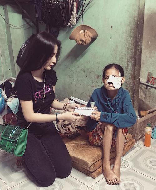 Angela Phương Trinh đi trao quà cho những người có hoàn cảnh khó khăn.