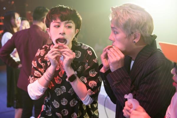 Người bạn thân thiết của Gil là Duy Khánh Zhou Zhou xấu số khi bị bắt nếm những thức ăn kỳ lạ do Gil Lê chế biến. Biểu cảm nhắm mắt đưa chân, cố gắng nuốt thứ thức ăn lạ lùng này vào bụng của Duy Khánh khiến khán giả không khỏi cười ồ.