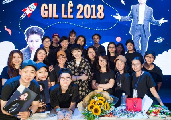 Cuộc gặp gỡ fan được Gil Lê tổ chức vào tối 13/7 tại TP HCM với sự góp mặt của hàng trăm fan thân thiết. Đây cũng là dịp để fan mừng sinh nhật lần thứ 27 cho thần tượng.