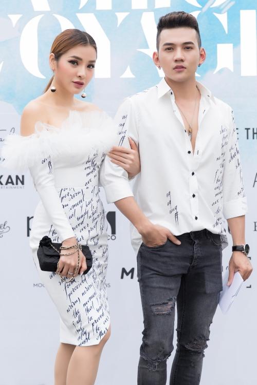 Gây bất ngờ khi xuất hiện cạnh Phương Trình là diễn viên - đạo diễn trẻ Lý Bình. Cả hai từng rộ lên tin đồn hẹn hò khi loạt ảnh tình tứ bị khai quật cách đây vài tháng. Lý Bình sinh năm 1991, từng diễn xuất với Phương Trinh Jolie trong MV Vẫn là anh.