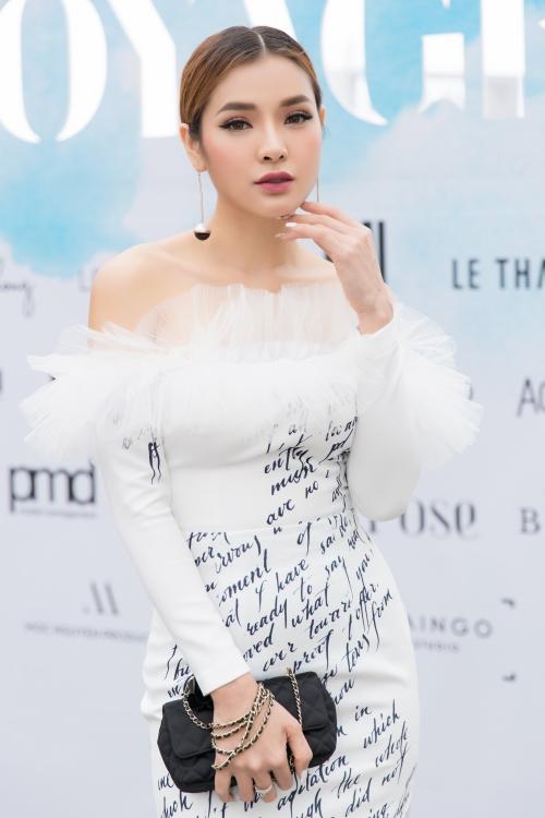 Ngày 15/7, Phương Trinh Jolie tranh thủ thời gian ra Đà Nẵng tham gia show diễn để ủng hộ NTK thân quen Lê Ngọc Lâm. Nữ ca sĩ diện chiếc váy ôm dáng với phần cổ được cách điệu duyên dáng.