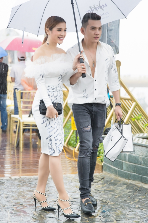 Xuất hiện tình tứ bên nhau, Lý Bình ga lăng khi cầm dù che mưa cho Phương Trinh Jolie khiến nghi vấn càng được ngờ vực.