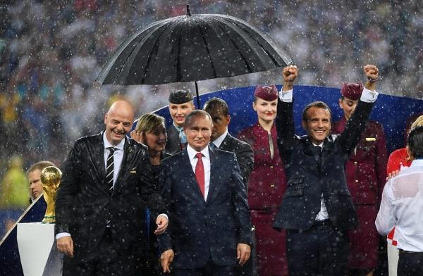 Từ trái sang: chủ tịch FIFA Infantino, Tổng thống Nga Putin và Tổng thống Pháp Macron.