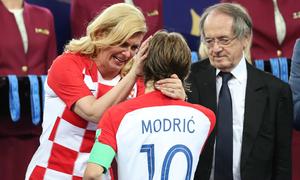 Bức ảnh nữ Tổng thống Croatia lau nước mắt cho Modric gây xúc động
