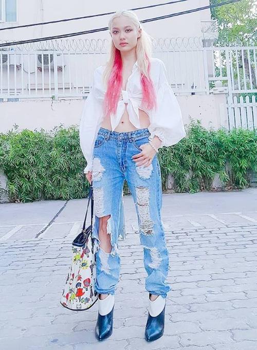 Với cách ăn mặc hầm hố cùng mái tóc ombre ấn tượng, Fung La hẳn sẽ khiến không ít người nhầm tưởng là một quý cô Âu Mỹ. Cách kết hợp sơ mi croptop cùng jeans giúp cô nàng ăn gian chiều cao rất chuẩn.