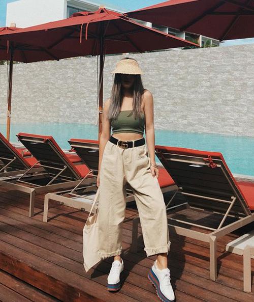 Công thức quần ống rộng, thắt lưng to bản và áo ôm dáng cũng được Châu Bùi yêu thích trong ngày hè, giúp cô nàng khoe làn da rám nắng gợi cảm.
