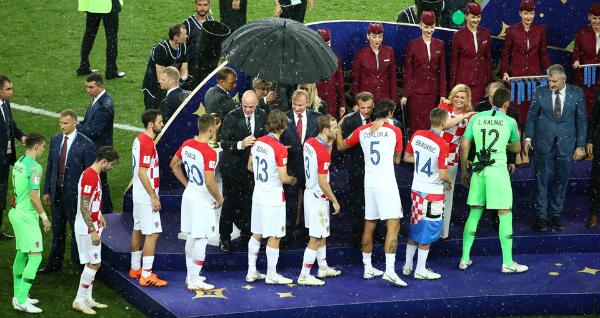 Nữ nguyên thủ được khen ngợi bởi sự chân thành, vừa an ủi đội nhà, vừa chúc mừng đội Pháp giữa cơn mưa lớn. Ảnh: RT