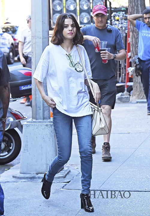 Trước khi mất điểm trầm trọng về style, Selena từng có thời là fashion icon đích thực. Mỗi lần ra phố, cô nàng đều ăn vận rất chỉn chu, biết cách phối đồ để thân hình cao 1,65 m trông thêm phần cao ráo.
