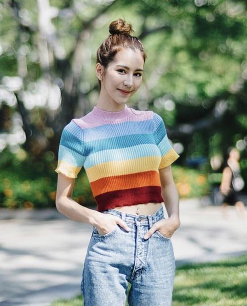 Áo kẻ ngang phối màu bảy sắc cầu vồng vốn là kiểu áo rất được các teen girl Âu Mỹ ưa chuộng những năm cuối 90, đầu 2000. Kiểu áo này đại diện cho một thế hệ cool kid ưa sự ngổ ngáo, nổi loạn.