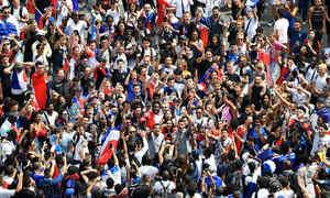 Pháp được chào đón như người hùng giữa biển người ngày trở về