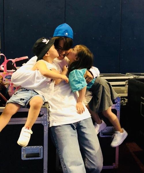 Kai (EXO) cười hạnh phúc khi nhận được nụ hôn từ hai cháu đáng yêu.