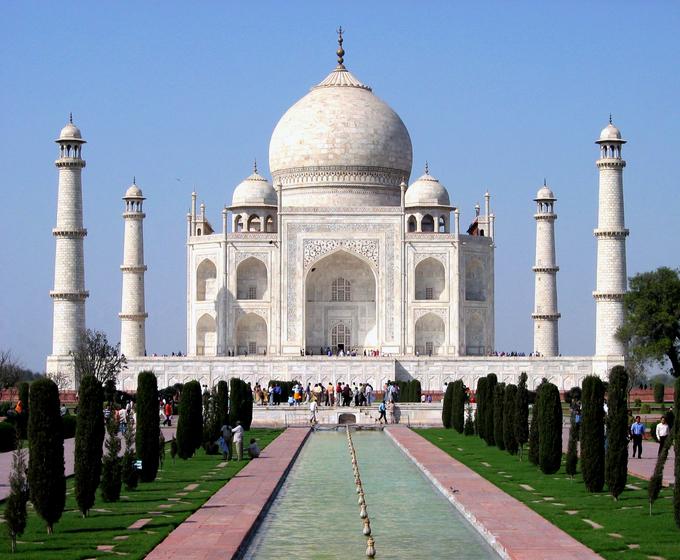<p> 1. <strong>Taj Mahal </strong>(Ấn Độ)<br /> Ngôi mộ bằng đá cẩm thạch được hoàng đế Shah Jahan cho xây dựng trong hơn 20 năm ròng rã từ 1632 đến 1653. Công trình kiến trúc cao đến 35 mét này là biểu tượng cho tình yêu, lòng thương nhớ của Shah Jahan dành cho vợ mình, hoàng hậu Mumtaz Mahal, khi bà qua đời. Năm 1983, Taj Mahal được UNESCO công nhận là Di sản thế giới.</p>