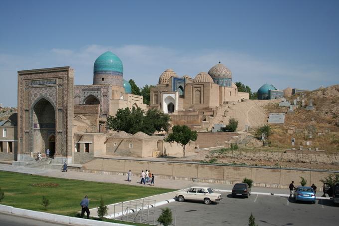 <p> 9. <strong>Shai-Zinda</strong> (Uzbekistan)<br /> Shai-Zinda là khu phức hợp nổi tiếng bao gồm 3 nhóm kiến trúc. Các khu vực trong Shai-Zinda có niên đại trải dài từ thế kỉ XI đến thế kỉ XV. Lăng mộ tọa lạc tại thành phố Samarkand, Uzbekistan chính là nơi yên nghỉ của Kusam ibn Abbas, em họ của nhà tiên tri vĩ đại Muhammad.</p>