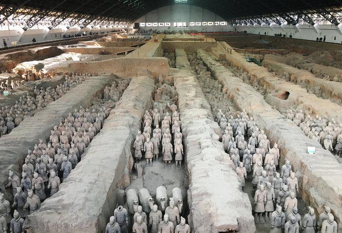 <p> 2. <strong>Lăng mộ Tần Thủy Hoàng</strong> (Trung Quốc)<br /> Ông vua nổi tiếng Tần Thủy Hoàng của Trung Quốc đã xây dựng ngôi mộ này trong suốt nhiều thập kỉ từ năm 246 đến 208 TCN. Chu vi quần thể lăng mộ này được đo đạc lên đến 18 km². Điều khiến ngôi mộ thêm phần đặc biệt chính là đội quân đất nung canh gác giấc ngủ nghìn thu của vua Tần Thủy Hoàng. Đội quân này bao gồm 8000 binh sĩ, 150 kỵ binh cùng 520 con ngựa, chính là sản phẩm điêu khắc từ đất sét của các binh lính thời Tần nhằm bảo vệ đức vua ở thế giới bên kia.</p>