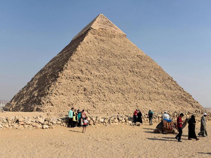<p> 3. <strong>Kim tự tháp Giza</strong> (Ai Cập)<br /> Sự vĩ đại của công trình kiến trúc cao đến 146,5 mét ở Ai Cập này là điều không thể bàn cãi. Du khách sẽ không thể tin được đây chỉ là một ngôi mộ khi được tận mắt chứng kiến sự to lớn của nó. Đây là nơi an nghỉ của Pharaoh Khuf. Kim tự tháp này cũng là kiến trúc lâu đời nhất và còn tồn tại duy nhất cho đến thời điểm này trong số các kỳ quan thế giới cổ đại.</p>