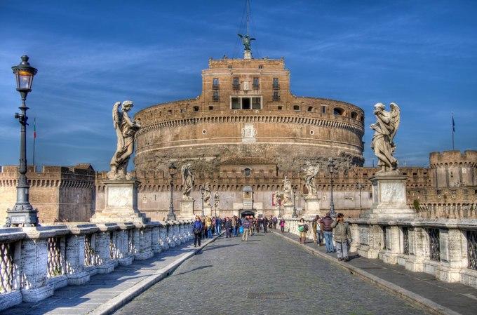<p> 4. <strong>Lâu đài San't Angelo</strong> (Lăng vua Hadrian – Italy)<br /> Bên cạnh tháp nghiêng Piza, lăng mộ của Hoàng đế Hadrian cũng là điểm tham quan thu hút sự quan tâm của du khách khi đến thủ đô Rome, Italy. Mang vẻ bề ngoài của một pháo đài kiên cố, đây là nơi yên nghỉ của Hoàng đế Hadrian cùng vợ và con trai mình. Các vị vua kế nhiệm sau này cũng chọn nơi đây làm nơi yên giấc. Hiện tại chính phủ Italy đã trưng dụng lâu đài thành một bảo tàng làm điểm đến của khách du lịch.</p>