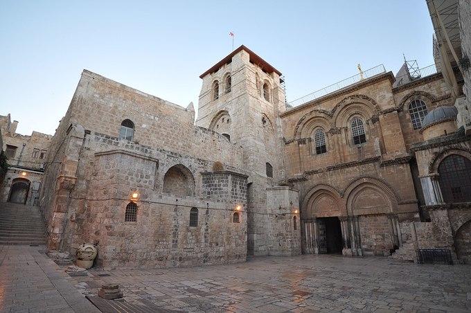 <p> 5. <strong>Nhà thờ Holy Sepulchre</strong> (Israel)<br /> Ngự trị trên ngọn đồi Calvary tại thủ đô Jerusalem của Israel, nhà thờ Holy Sepulchre còn biết đến với cái tên nhà thờ Phục sinh. Các tín đồ đạo Thiên chúa tin rằng nơi đây chính là địa điểm Chúa Giê-su bị đóng đinh. Trong nhà thờ có hiện hữu một ngôi mộ bằng đá cẩm thạch, thứ mà người ta cho rằng đức Chúa Giê-su đang nằm nghỉ ở đó. Với đạo Công giáo, đây là nơi hành hương nổi tiếng và quan trọng nhất thế giới.</p>