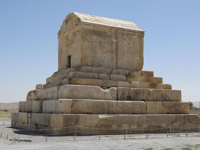 <p> 6. <strong>Lăng mộ của Cyrus</strong> (Iran)<br /> Cyrus Đại đế chính là người cai trị đế chế Ba Tư vĩ đại trong thế kỉ VI trước Công nguyên. Lăng mộ bằng đá vôi nằm cô đơn mang tàn tích của thủ đô Pasargad cổ xưa của đất nước Ba Tư. Theo các tài liệu, Alexander Đại đế từng viếng thăm ngôi mộ này và ông tin đây chính là mộ của Cyrus vĩ đại.</p>