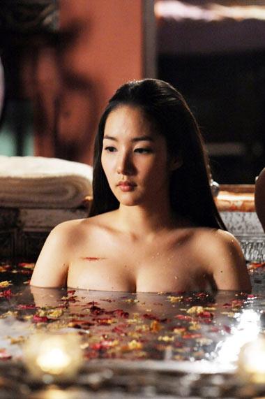 Năm 2009, cảnh tắm tiên của cô trong tác phẩm Princess Ja Myung Go gây nhiều tranh cãi vì không phù hợp với một phim cổ trang.