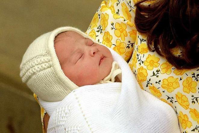 <p> Trong những bức ảnh đầu tiên về Charlotte, tấm khăn choàng của công chúa đã khiến website của công ty GH Hurt&Son bị quá tải vì có hơn 100.000 người truy cập cùng thời điểm.</p>
