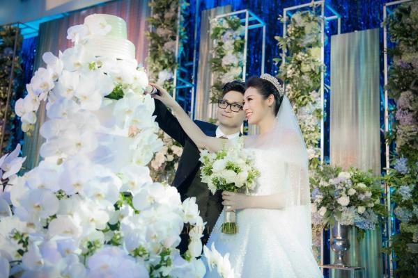 Cùng nhau cắt bánh cưới với khuôn mặt rạng rỡ.