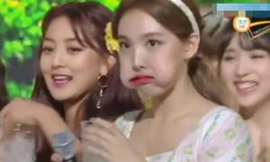 Twice chơi 'chiêu độc' ăn mừng chiến thắng trước Black Pink
