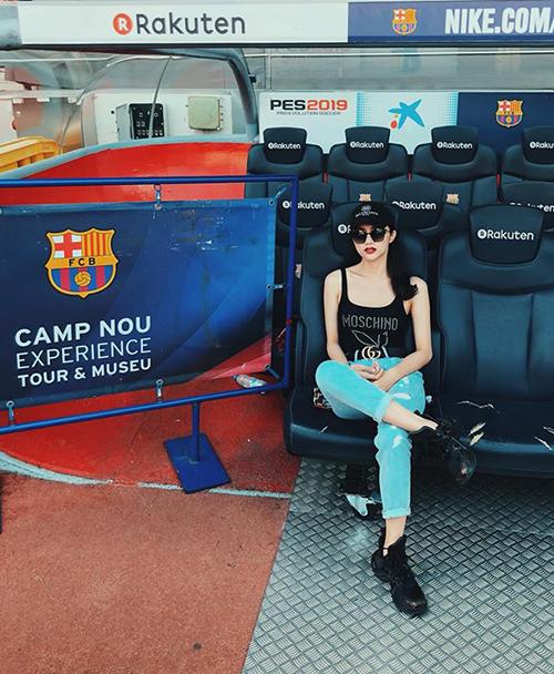 Hương Giang cực ngầu khi đến thăm sân vận động Camp Nou ở Barcelona.