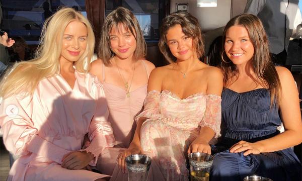 Theo nguồn tin củaE!Online, ngôi sao nhạc pop đã tổ chức một buổi tiệc đặc biệt trên du thuyền: Những đầu bếp đã chế biến các món ăn nổi tiếng của Ý như mì ống, bánh phô mai cho mọi người thưởng thức. Tất cả đều vui vẻ bên cạnh Selena và chỉ những người thân thiết nhất mới được tham dự như Raquelle Stevens, Courtney J.Bary, Sam Lopez....