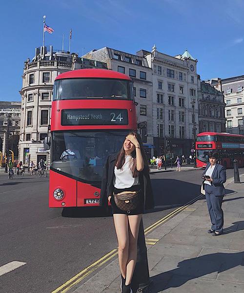 Lệ Hằng khoe đôi chân thon dài miên man trên đường phố London.