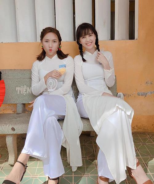 Ngọc Trinh hóa cô nữ sinh ngây thơ trong tà áo dài trắng, bên cạnh là cô bạn siêu quậy Diệu Nhi.