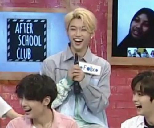 Khoảnh khắc idol Kpop mất trí nhớ hài hước khi cầm ngược mic - 3