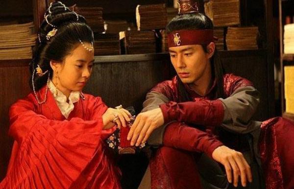 Hậu trường cảnh nóng quay 40 lần khiến Song Ji Hyo và Jo In Sung không dám nhìn mặt nhau