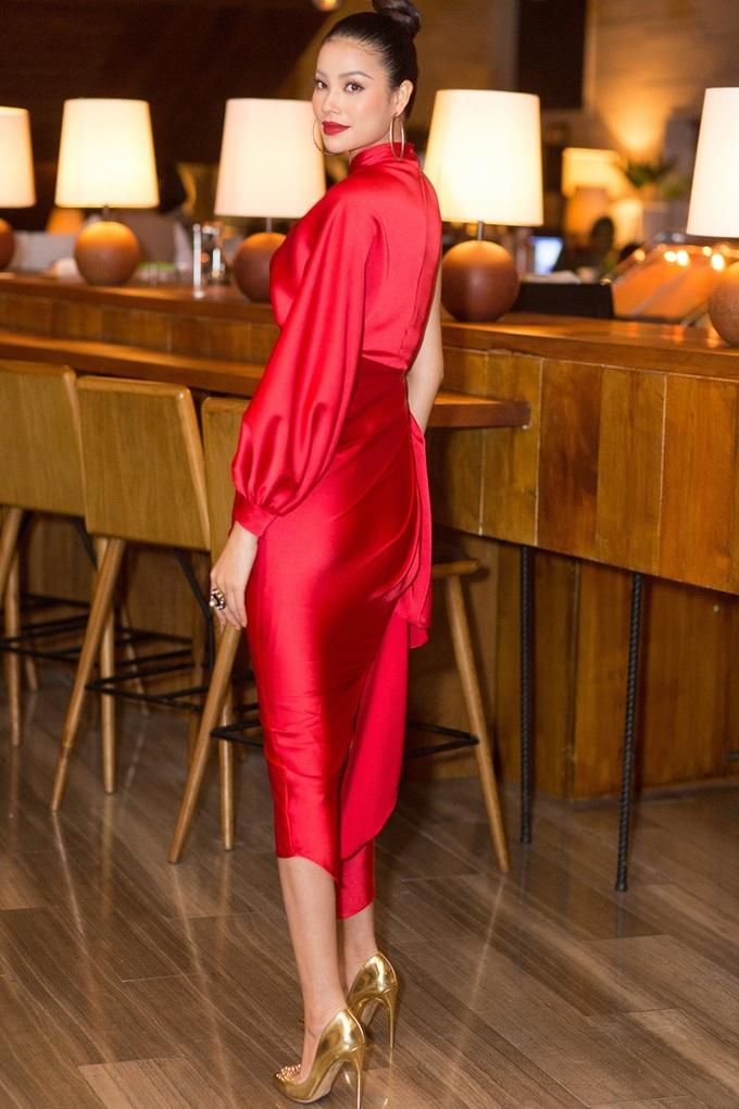 <p>Dự sự kiện diễn ra tại TP HCM tối qua, Phạm Hương gây ấn tượng bởi vẻ đẹp rạng rỡ cùng phong cách thời trang sang trọng, đẳng cấp.</p>