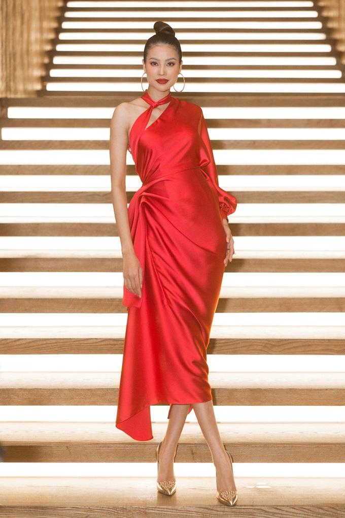 <p>Chiếc váy đỏ rực được thiết kế khéo léo, giúp Phạm Hương khoe được bờ vai gợi cảm nhưng cũng đủ kín đáo để hoa hậu trông thanh lịch hơn.</p>