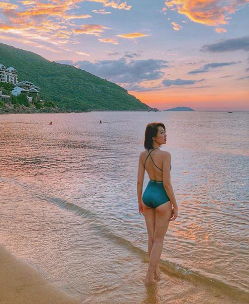 Thúy Ngân khoe thân hình sexy trên biển buổi chiều tà.