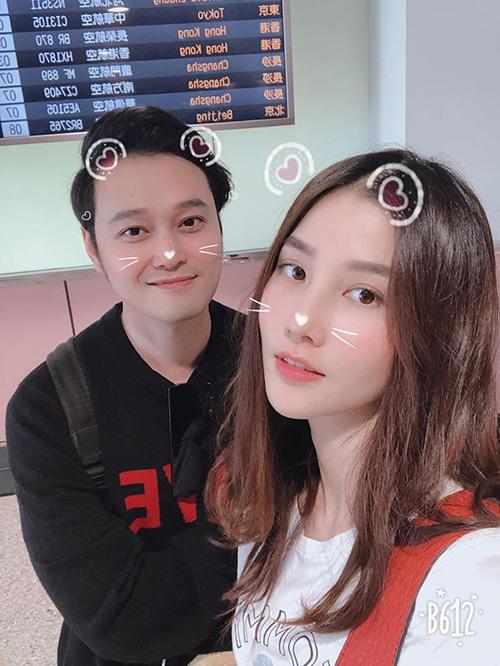 Nhờ việc hợp tác trong một chương trình du lịch mà Quang Vinh và Diễm My 9x có cơ hội vi vu khắp nơi cùng nhau. Cả hai vừa đáp xuống sân bay Đào Viên, Đài Loan.