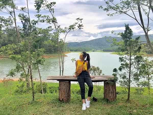 Hoàng Yến Chibi diện cả cây đồ hiệu rất nổi bật giữa núi rừng Đà Lạt.