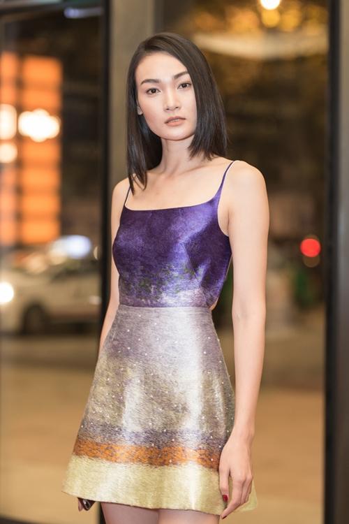 Người mẫu Thùy Trang (Next Top) xuất hiện với bộ váy khoe được vóc dáng, đôi chân dài. Trước đó, cô còn có dịp catwalk cùng cựu cầu thủ tại sự kiện.