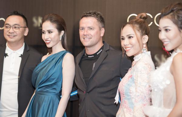 Tối 13/8, đông đảo nghệ sĩ Việt và các khách mời cùng tham dự một bữa tiệc có sự góp mặt của danh thủ bóng đá lừng danh Michael Owen.