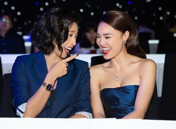 Lan Ngọc tíu tít khi gặp lại mẹ Cám Ngô Thanh Vân. Sau 2 bộ phim Tấm Cám  Chuyện chưa kể, Cô Ba Sài Gòn, mối quan hệ giữa hai diễn viên rất thân thiết. Họ nhắng nhít trò chuyện và pose ảnh cùng nhau.