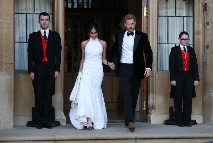 <p> Meghan Markle đã đến Nhà thờ Thánh George trong bộ váy cưới cổ thuyền xinh đẹp, nhưng chiếc váy của Stella McCartney Công nương mặc sau đó mới thực sự khiến tất cả phải ngoái lại nhìn. McCartney đã thiết kế ra chiếc váy yếm hở vai lộng lẫy, hòa hợp với áo jacket nhung đen của Hoàng tử Harry.</p>