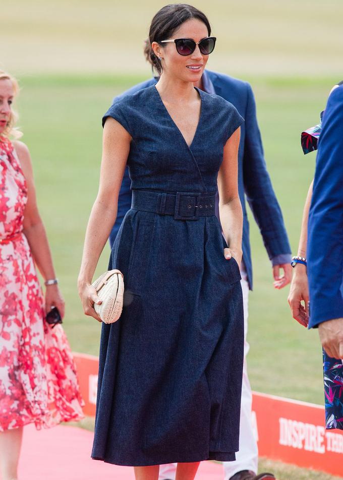 <p> Markle khoác lên mình hai nhãn hiệu tâm đắc: một chiếc váy denim của Carolina Herrera và clutch cói của J. Crew. Cả hai đều nhanh chóng cháy hàng sau đó.</p>