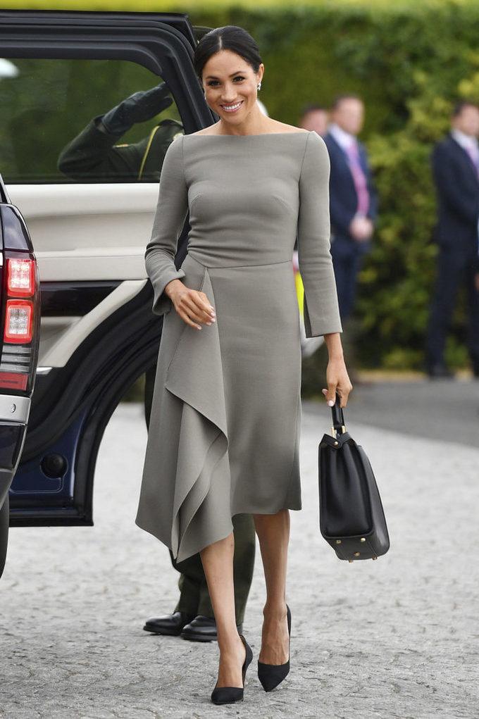 <p> Meghan Markle thực sự rất yêu thích những chiếc váy cổ thuyền, minh chứng là hàng loạt những bức ảnh của Công nương trong kiểu váy này. Trong chuyến viếng thăm Ireland, cô mặc một chiếc váy màu xám của Roland Mouret với chi tiết vải đổ điệu đà, đi cùng giày cao gót của Paul Andrew.</p>