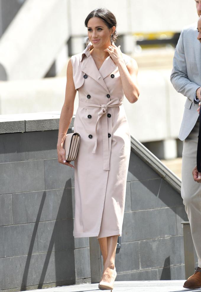 <p> Công nương mặc chiếc váy trench coat màu be của Nonie khi đi cùng Hoàng tử Harry đến một triển lãm tôn vinh những di sản của Nelson Mandela. Rất nhanh chóng, chiếc váy cũng được hàng loạt cô gái lùng mua theo.</p>