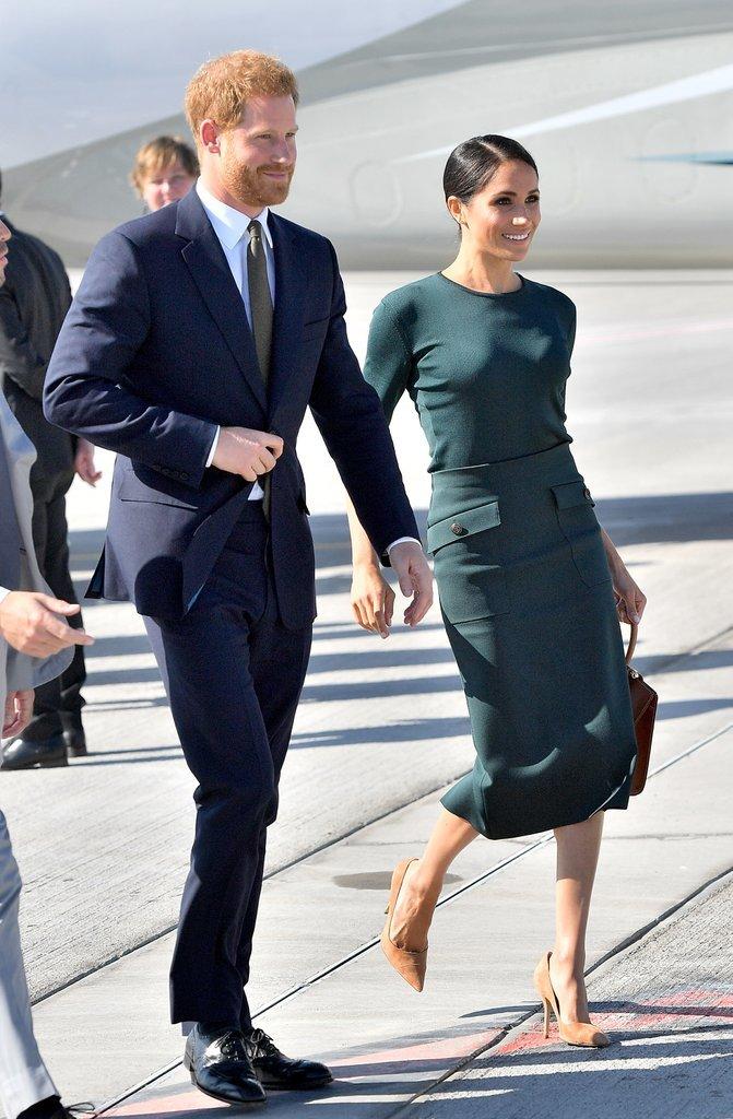 <p> Nàng thơ mới của Givenchy thực sự rất yêu thích các thiết kế của hãng. Trong lần ghé thăm Dublin cùng Hoàng tử Harry, Công nương chọn set áo len mỏng và chân váy Givenchy màu xanh cổ vịt, kết hợp túi tote và giày cao gót của Paul Andrew. Đây là một trong bốn bộ trang phục đắt giá nhất của Công nương tại Dublin.</p>