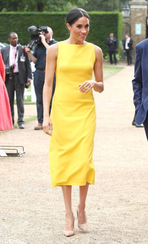 <p> Meghan Markle thường chọn những bộ đồ có màu sắc trung tính, nhưng lần này cô đã bước ra khỏi vùng an toàn của mình với một chiếc váy màu vàng tươi của Brandon Maxwell khi tham dự sự kiện Your Commonwealth.</p>